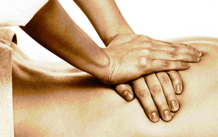 Le mani dell'Osteopata sono appoggiate sulla schiena del paziente per valutare e risolvere la sua problematica
