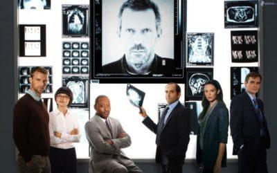 Dottor House e la sua equipe guardano alcune risonanze magnetiche e radiografie