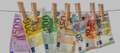 7 banconote appese con delle mollette a una corda simboleggiano il risparmio che si può avere detraendo il costo dei miei trattamenti
